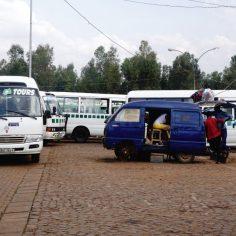 Mit dem Busfahren in Ruanda. Der Busbahnhof in Nyanza/Kic.kiru