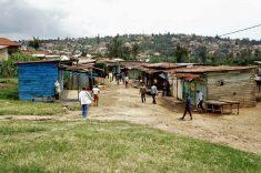 """Am letzten Samstag im Monat ist in Ruanda """"Umuganda"""", Tag der gemeinützigen Arbeit. Jeder muss mit anpacken."""