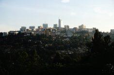 """Blick auf das Zentrum der Stadt Kigali, auf einem der """"tausend Hügel"""" des Landes."""