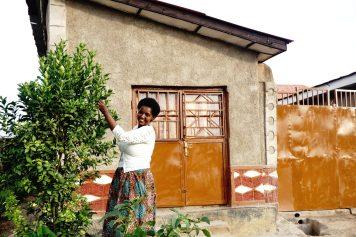 """Der """"Versöhnungs-Baum"""", den Ndayisaba nach Verlassen des Gefängnisses für Mukarurinda pflanzte, hat sie inzwischen überwachsen."""