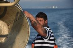 Mauro Gambaro steht an der Rolle, über die die beiden Fischer das Netz einziehen.