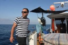 Emanuele Fracceri manövriert das Boot an der Küste vor Genua